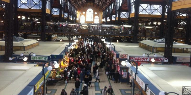 Menschen in Markthalle