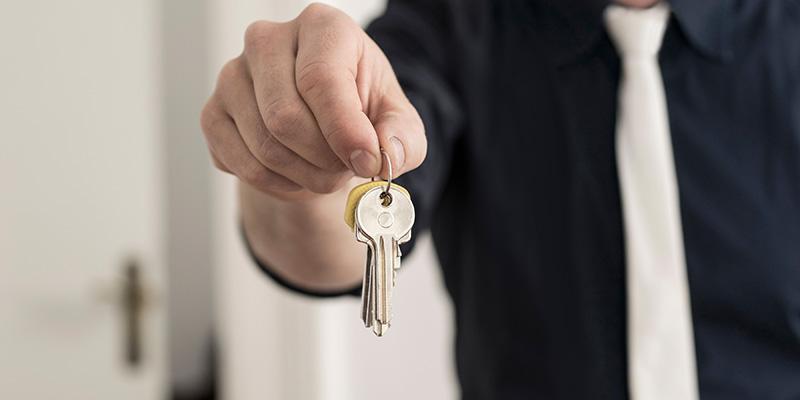 Mann zeigt Schlüssel