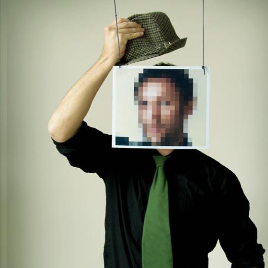 Anonymisierter Mann setzt sich Hut auf
