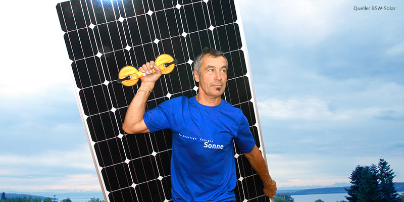 Solar-Installateur mit Solarpanel