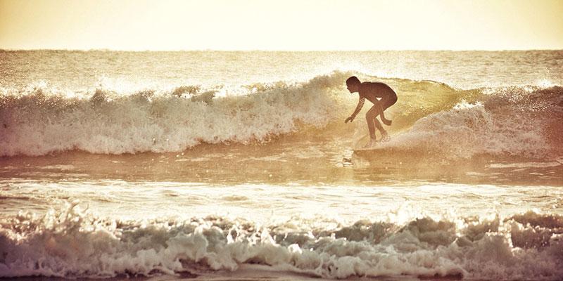 Surfer nahe dem Strand