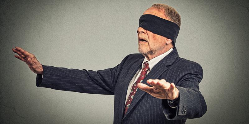 Mann im Anzug mit Augenbinde