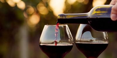Zwei Rotweingläser werden eingeschenkt