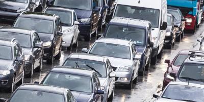 Autos stehen mehrspurig im Stau