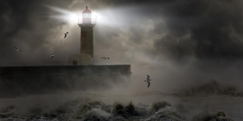 Leuchtturm und stürmische See