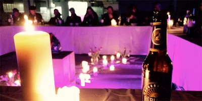 Meeting mit Kerzenlicht