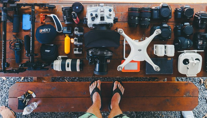 Tisch mit Fotoausrüstung