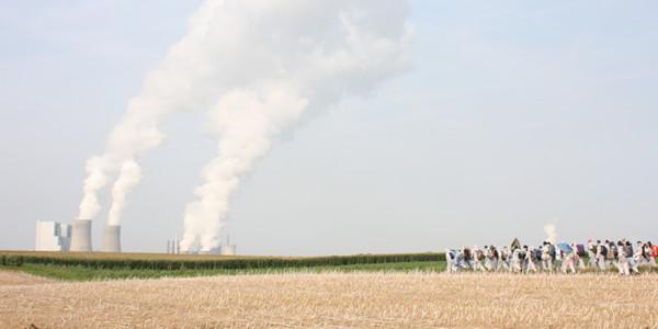 Braunkohlekraftwerk und Demonstranten