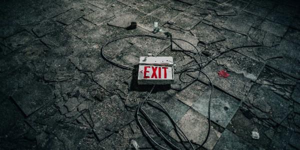 EXIT Schild liegt auf Boden