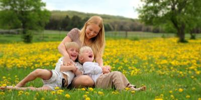 Mutter mit zwei Kindern auf Wiese