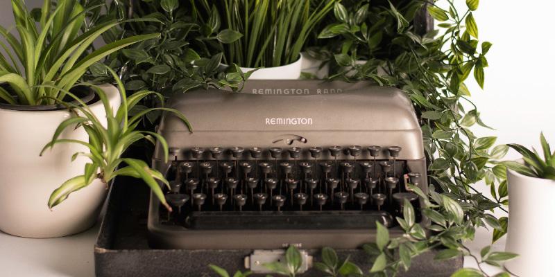 Schreibmaschine und Pflanzen